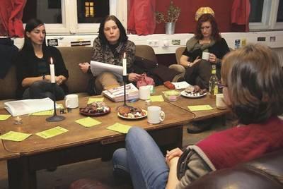 Kerstin Hahnelt, Rita Harms und Heike Hoja (v.l.) geben Studenten im AStA-Wohnzimmer Tipps zur Bewältigung von Krisensituationen im Studium. Foto: kg